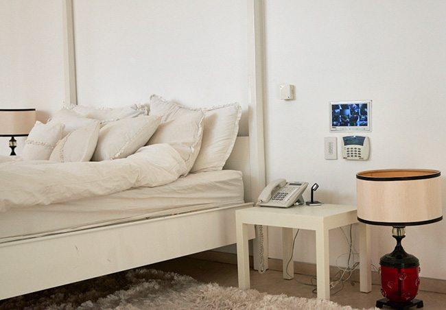 התקנת מצלמות אבטחה בחדר השינה